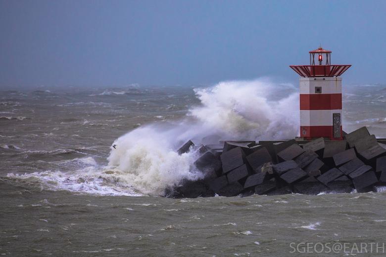 Storm - noordelijk havenhoofd Scheveningen