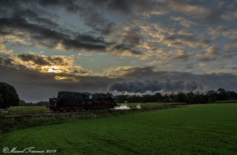 VSM 50-3654 - VSM 50-3654 tijdens de zonsopkomst onderweg van Loenen naar Beekbergen, terug naar toen 2019