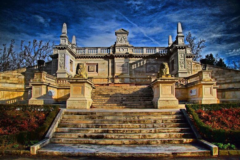 Begraafplaats Budapest - Ja hoor daar is ie dan...mijn eerste HDR probeersel. Gemaakt met een plug-in in Photoshop Elements.<br /> <br /> Graag reac