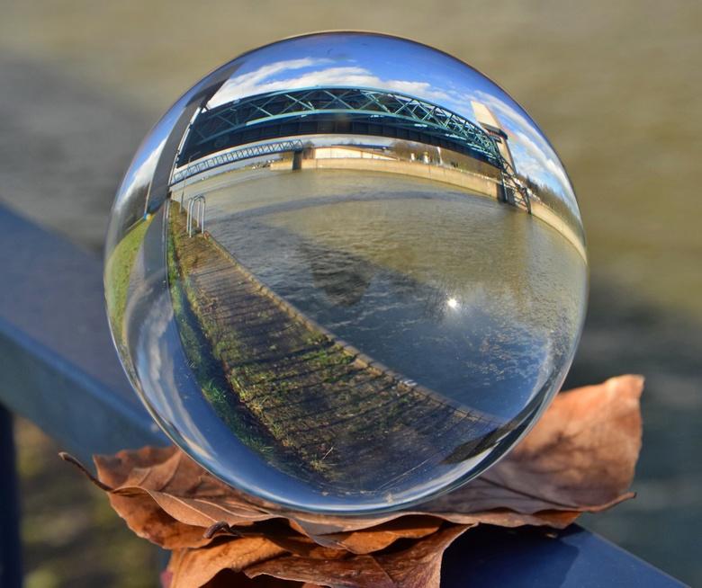Glazen bol - Hoogwaterkering in Amsterdam-Rijnkanaal ter hoogte van Ravenswaaij.<br /> Deze is tijdens de hoogwaterperiode van begin febr 2020 nog ge