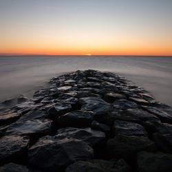 strekdam bij zonsondergang