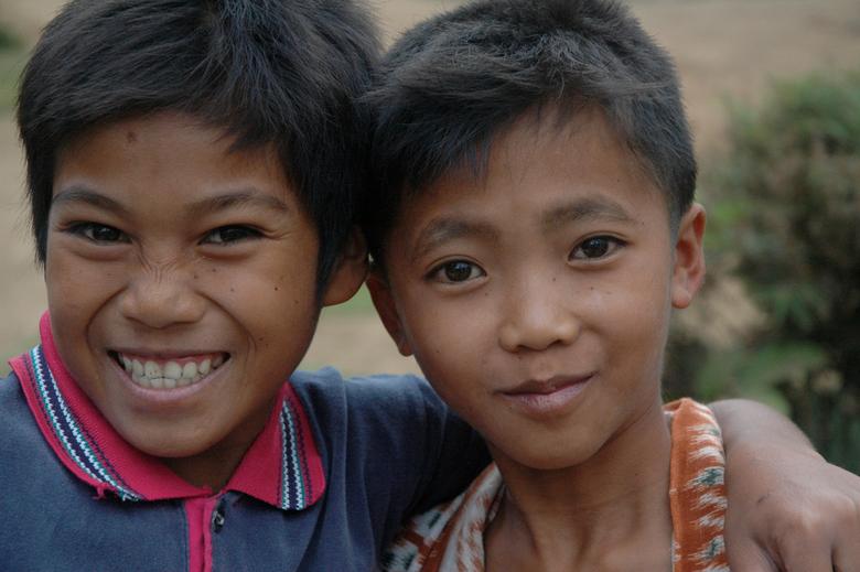 Dikke vrienden - In een dorpje in Indonesie hebben de kinderen plezier om op de foto te gaan.