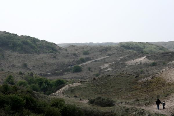 Eenzaam in de duinen - Wandelaars door de duinen van Egmond