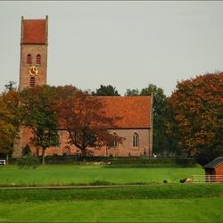 Kerk Midwolde in herfstkleuren