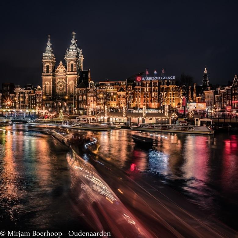 A night in Amsterdam - Een avondje fotograferen tijdens het Amsterdam Light Festival. Lekker druk met rondvaartboten die weer leuke sporen achter late