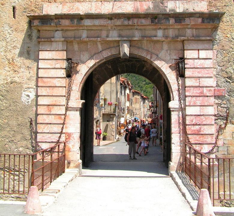 Villefranche de Conflent 1 - Villefranche de Conflent is een middeleeuwse stad uit de 11de eeuw, die werd versterkt in de 17de eeuw. Het stadje ligt i