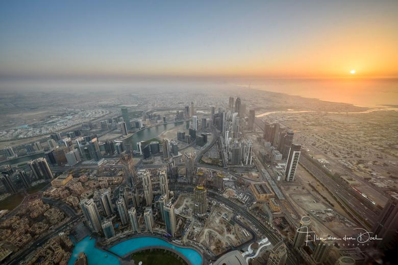 Sunset with a view - Deze foto is gemaakt vanaf de Burj Khalifa in Dubai. Het hoogste gebouw ter wereld met 828 meter. De hoogste verdieping die je ku