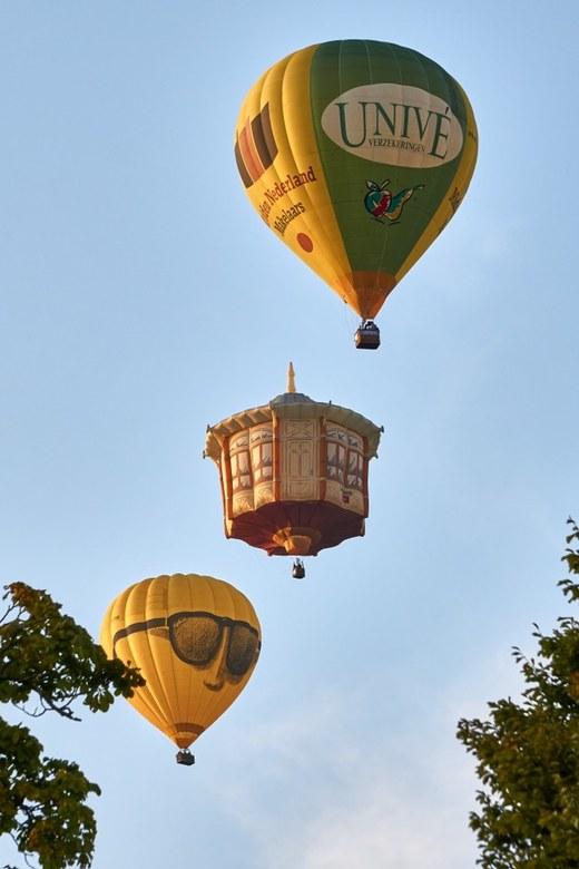 Ballonfiesta210819trio - Drie luchtballonnen in lijn bij de Ballonfiësta Barneveld
