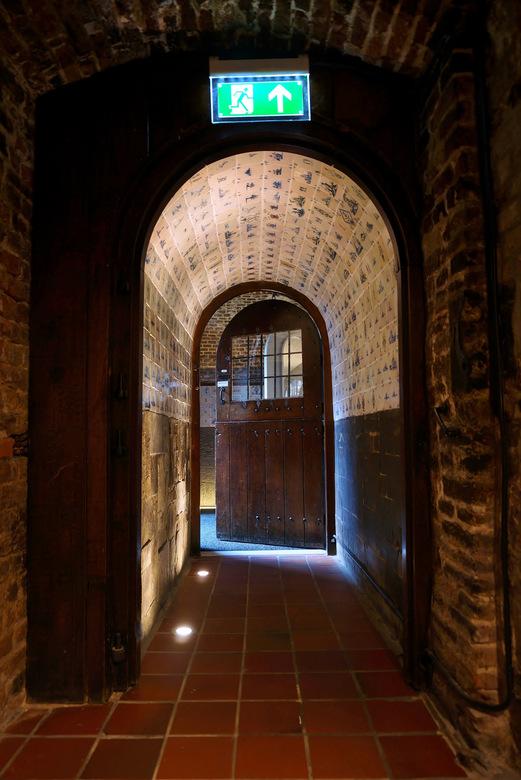 Donderdag Deuren Dag_____________ - Den Bosch ...een erfgoed met mooie oude deur.<br /> Raadskelder.