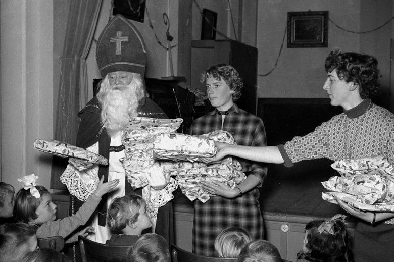 St. Nicolaas - december 1955 kleuterschool St. Nicolaasfeest.<br /> Fotograaf; Harry Bedijs.<br /> Copyright, Stichting Foto Bedijs.