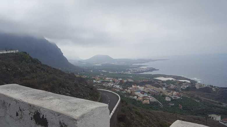 in de wolken - Dit was een spannende dag waarop we door en over de bergen reden. Van Noord naar Zuid Tenerife.<br /> Regelmatig in de wolken en ook h