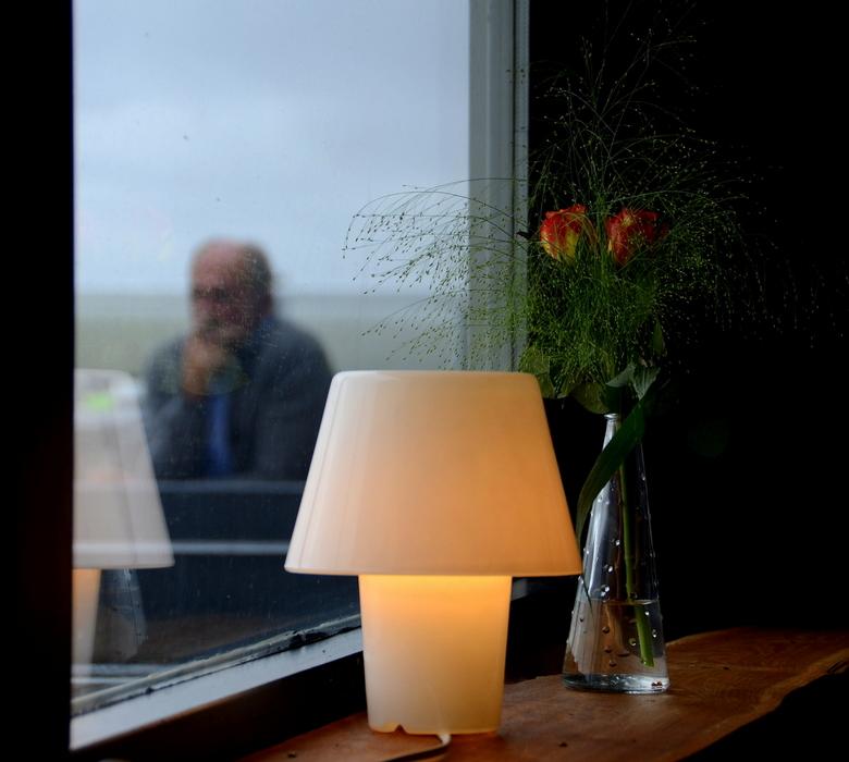 Eenzaam - Binnen was het gezellig. Zachtjes begon het te regenen. Buiten zat hij.