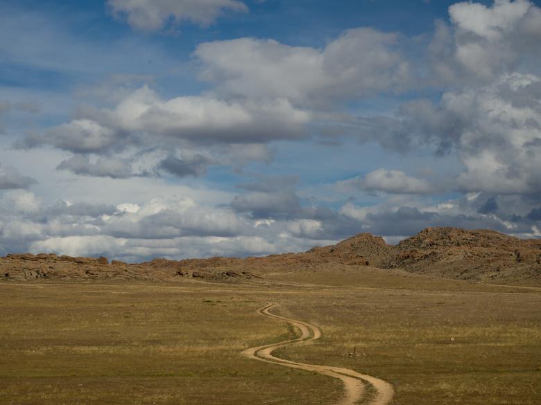 Road to nomadsland - De Gobi woestijn is uitgestrekt. Vele malen groter dan Duitsland met enkel wat Nomaden die zich er volledig hebben aangepast aan