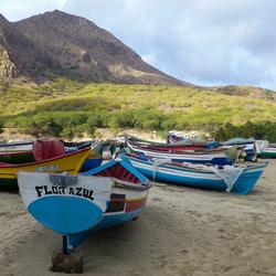 Kleurige vissersbootjes op het strand bij Tarrafal