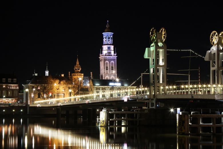 Stadsbrug - Kampen bij nacht met Nieuwe Toren