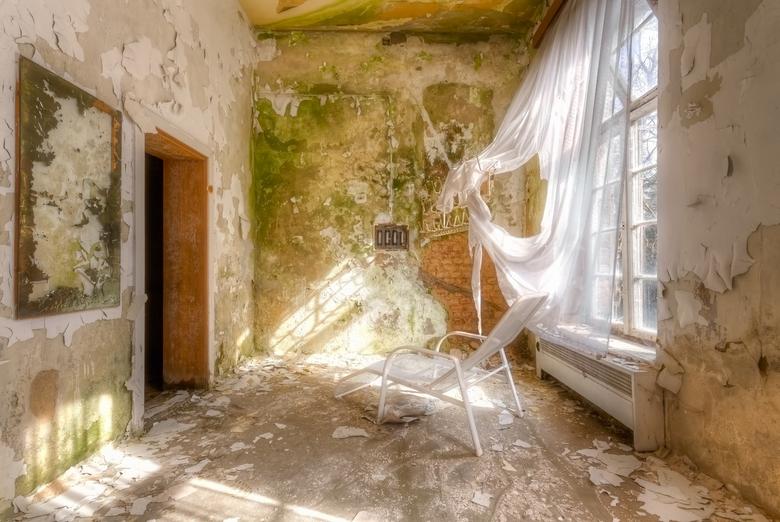 De Wind Waait - Een verlaten verzorgingshuis met een aantal interessante details die nog steeds aanwezig zijn. Deze specifieke setting sprak mij aan d