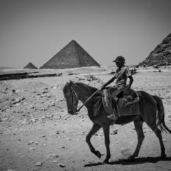 Jongen bij Piramide