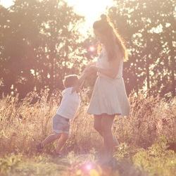 Fotoshoot moeder & zoontje tegenlicht