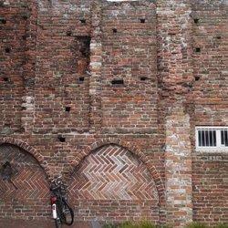 Kloostermuur met fiets