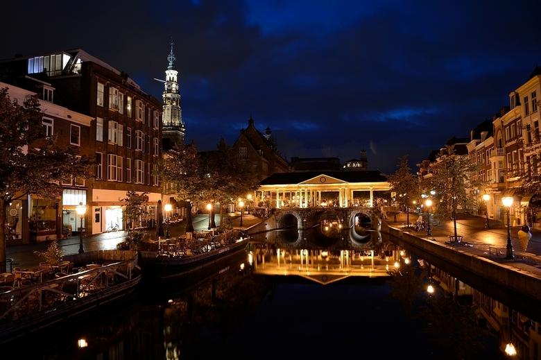 Leiden 's nachts - Leiden 's nachts. Reflectie in het kanaal.