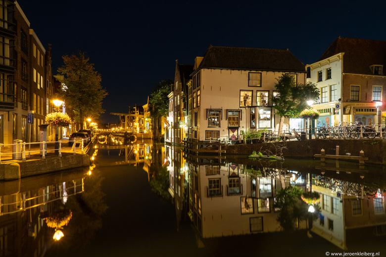 Alkmaar by night - De binnenstad van Alkmaar is erg leuk om doorheen te lopen. Er zijn mooie historische bruggen en gebouwen en grachten waarin deze m