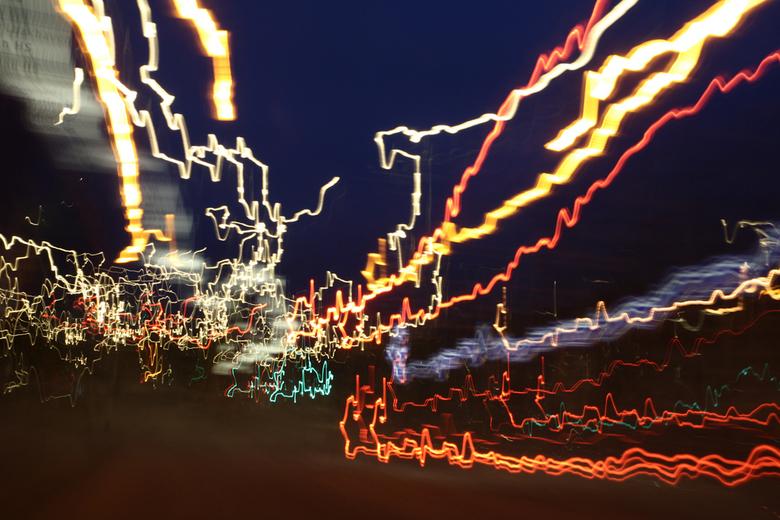 Fietsen - Lichten van een verkeerspunt terwijl ik de helling af naar beneden toe fietste.
