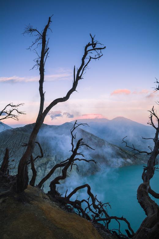 Ijen kratermeer - Na een zware klim midden in de nacht was dit het prachtige uitzicht op het kratermeer van de vulkaan Ijen in Indonesië