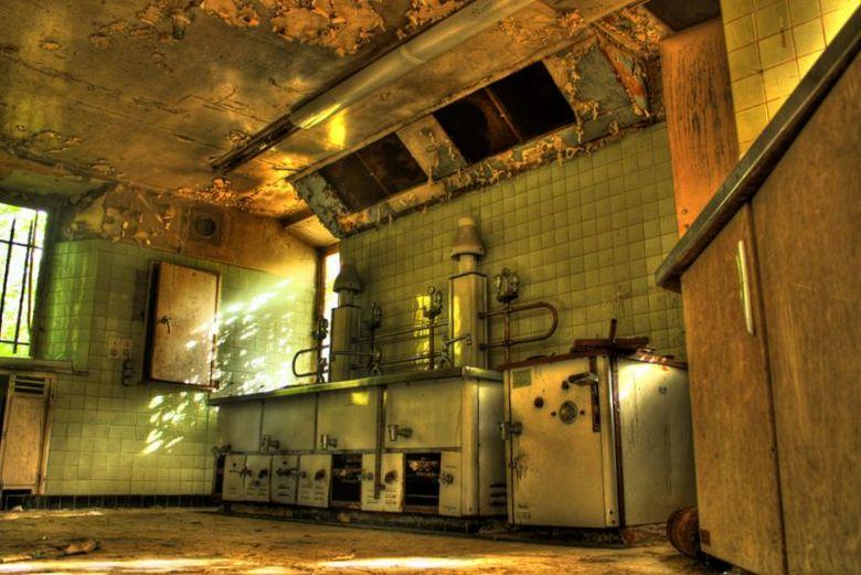 Dying kitchen - Keuken van Château Noisy<br /> <br /> Geweldige spot voor Urban Exploring!<br /> <br /> Gecombineerd van een bracket van 3 fotos o