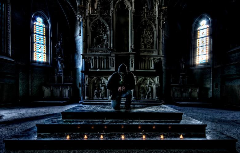 Pray for the death... - Foto is gemaakt in een kapel, het is een zelfportret.