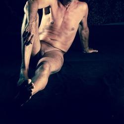 Mannelijk naakt liggend