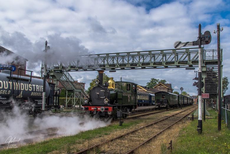 """MBS NS 8107 Haaksbergen - MBS NS 8107 """"Kikker"""" rangeert in Haaksbergen om zich klaar te maken voor de 1e rit van de dag en passeert de oude"""