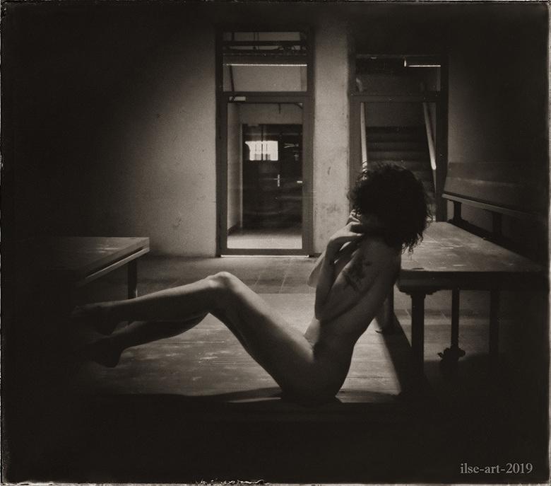 Thinking of sensitive memories - selfportrait - Uit dezelfde serie van De Gruyter Fabriek met de houten bank<br /> <br /> Model, fotografie en bewer