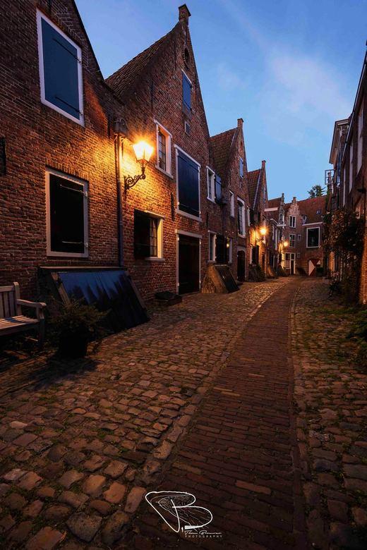 Kuiperspoort Middelburg tijdens blauwe uur - In de Kuiperspoort te Middelburg waan je jezelf in het verleden, een prachtige straat vol van eeuwenoude