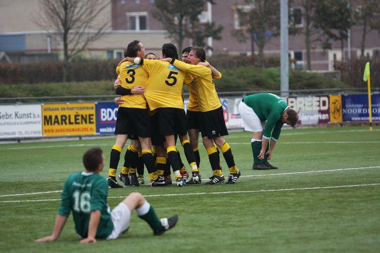 Vreugde en teleurstelling - Uitbundige vreugde bij de spelers van Reiger Boys Heren 1 afgelopen zaterdag na de winnende goal tegen SRC vlak voor tijd.