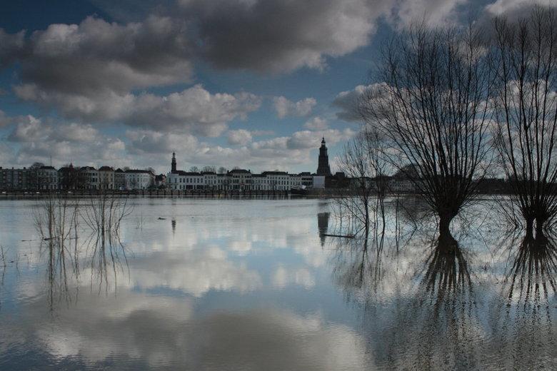 Hoogwater IJssel Zutphen - Overdrijvende wolken tijdens hoogwater in maart 2010