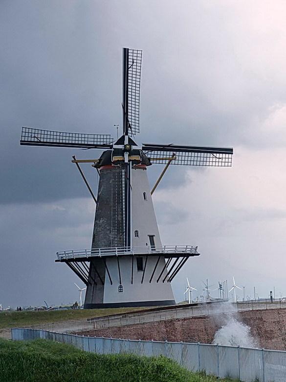 Windkracht 6 tot 7. nr 7. - Oranjemolen.<br /> Aan de Oranjedijk is het panoramisch uitzicht op de Westerschelde gewoonweg spectaculair.<br /> Je st
