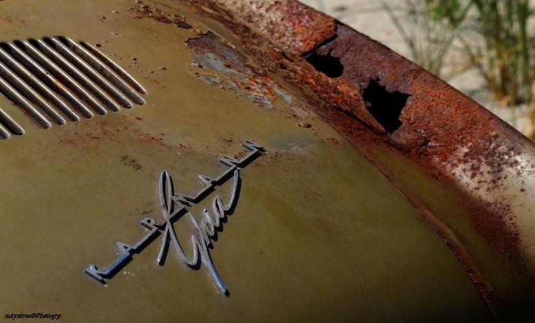 oldtimer - een Karmann ghia uit 1953 moet nog wat bijgewerkt worden