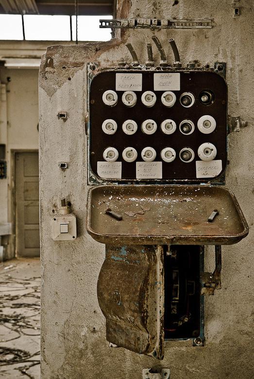 Stoppenkast met beschrijving in verlaten oude fabriek - Stoppenkast met beschrijving in verlaten oude fabriek