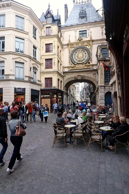 Normandië Frankrijk. - Een blikvanger in Rouen is in de Rue du Gros Horloge de fraaie poort met  klok waarnaar de straat genoemd is.<br /> Het meest