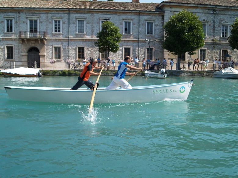 Rechte Spaan? - Deze foto schoot ik tijdens mijn vakantie in Italië. Er was net een roeiwedstrijd van de omliggende dorpen.
