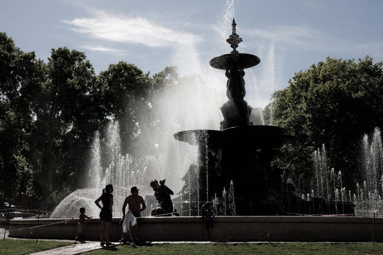 Lazy on a Sunday afternoon - De hele bevolking van Mendoza lijkt zich op zondagmiddag in het stadspark te bevinden, soms zelfs in de fontein.