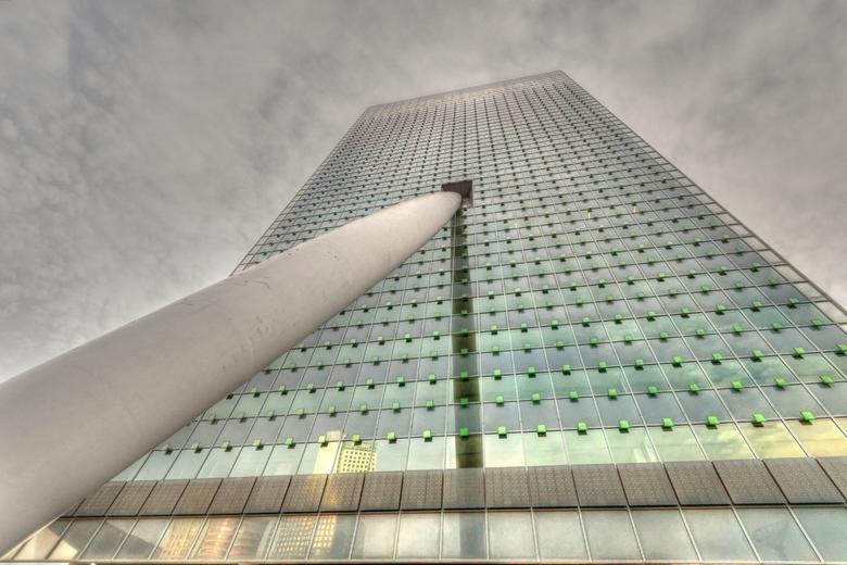 Toren op Zuid - De Toren op Zuid is het gebouw van de KPN in Rotterdam. Het is net alsof hij overhelt en wordt tegengehouden door een stevige staaf.