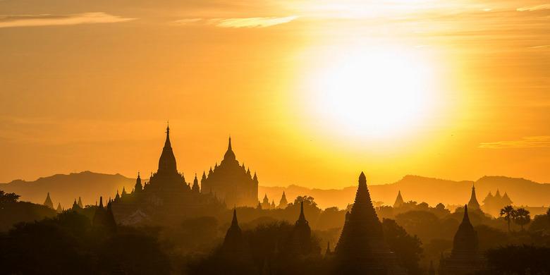 The Golden Land - Zonsondergang boven de tempels in Bagan, Myanmar. 'The Golden Land' genoemd, naar de ca 60.000 kilo bladgoud die de pagoda