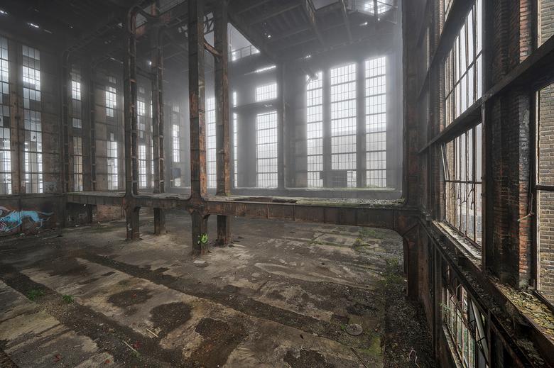 Urbex fabriek - Een verlaten fabriek in Belgie. Ondanks dat er niet veel over is van het interieur, zie je dat het geraamte i.s.m. mist een mooi schou