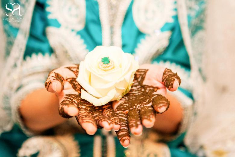 Henna art - De henna avond is een soort traditionele vrijgezellenavond van de bruid. De reden dat er henna gesmeerd wordt is als volgt. Wanneer een so