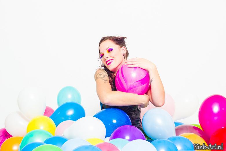 """Happy with balloons - Vrolijke fotoshoot met veel gekleurde ballonnen <img  src=""""/images/smileys/smile.png""""/>"""