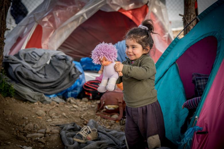 Spelend kind in vluchtelingenkamp -