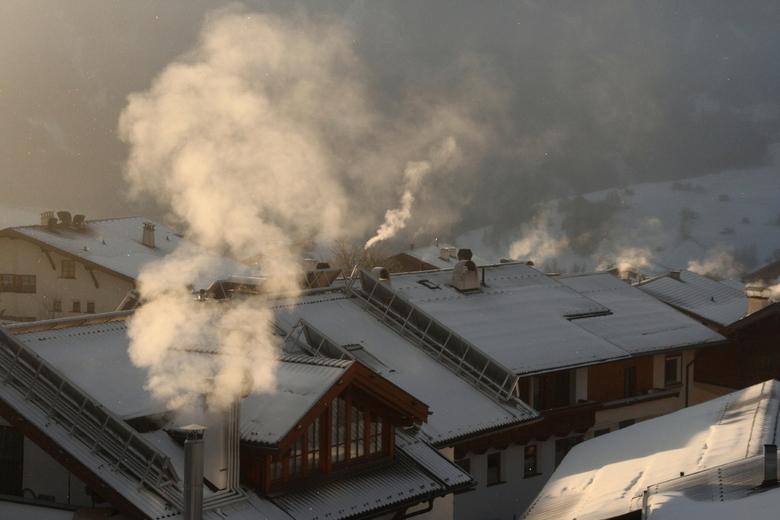 Smoking roofs - Nog een van de regenboogochtend, de zon kwam net over de bergen en zorgt hiervoor de belichting van de rookpluimen.<br /> De witte sp
