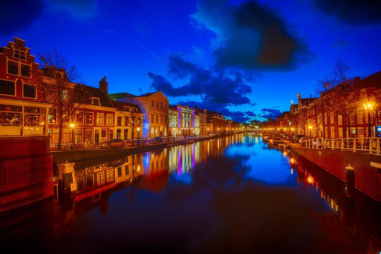 Leiden bij het vallen van de avond. - Gemaakt met een Nikon D610 en een Sigma 15-30mm. Met het uitzicht over het water en de Leidse Schouwburg