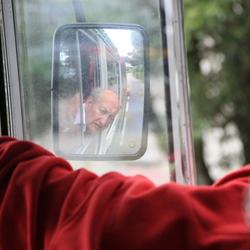 Spiegelbeeld van een buschauffeur